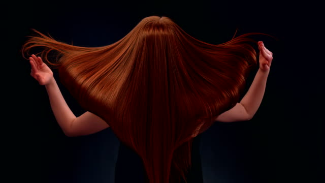 vídeos y material grabado en eventos de stock de mujer hermosa pelirroja tirando pelo largo - cabello largo