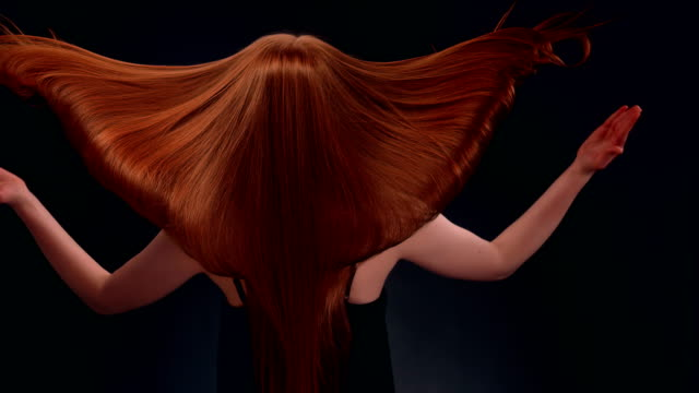 vídeos de stock e filmes b-roll de beautiful redhead woman tossing long hair - cabelo comprido