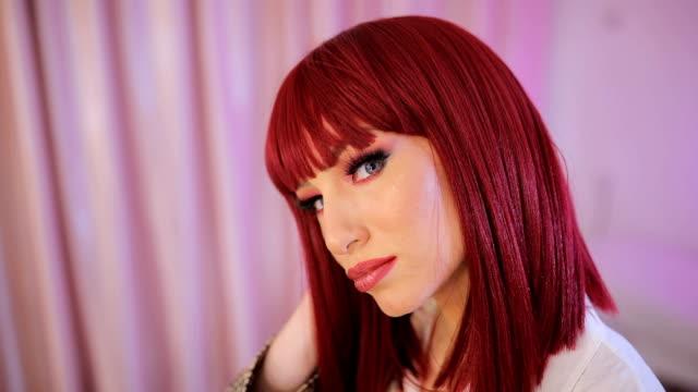 stockvideo's en b-roll-footage met mooie roodharige vrouw met blauwe ogen - pruik