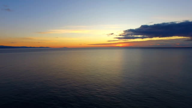 航空写真: 海の水面に美しい反射 - クワッドコプター点の映像素材/bロール