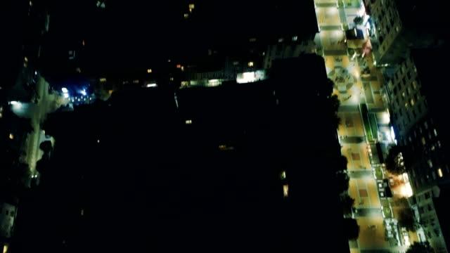 Schöne aufschlussreiche filmische Drohne fliegen über Innenstadt Lichter in der Nacht erschossen