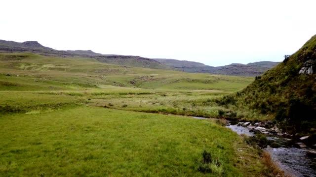 vídeos y material grabado en eventos de stock de hermoso río que fluye a través del valle - kwazulu natal