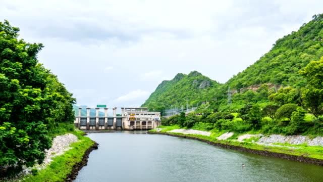 schönen fluss vor dam schleusentor mit grünen berg, zeitraffer-video - kraftwerk stock-videos und b-roll-filmmaterial