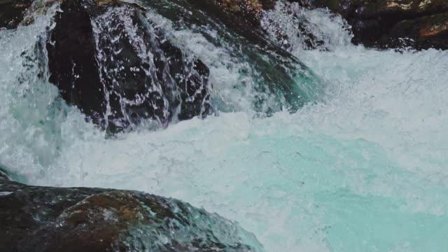 slo mo von schönen fluss - türkis blau stock-videos und b-roll-filmmaterial