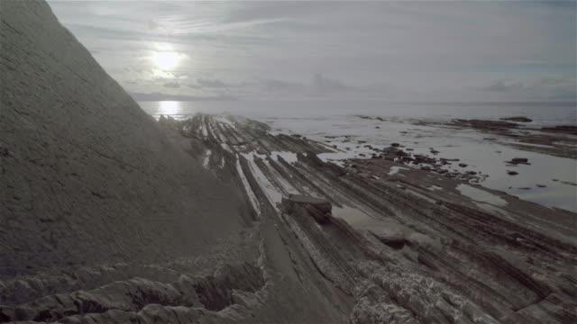 vídeos de stock, filmes e b-roll de w/s beautiful rock beach in zumaia (basque country) in low tide - vazante