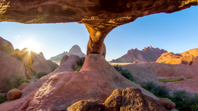 stockvideo's en b-roll-footage met pan beautiful rock formation at spitzkoppe - namibië