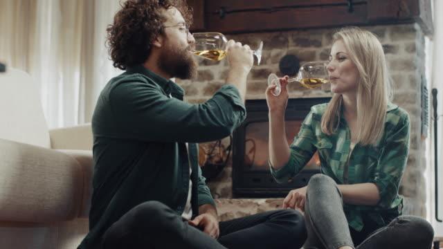 schöne romantische paar trinken weißwein - trinkglas stock-videos und b-roll-filmmaterial