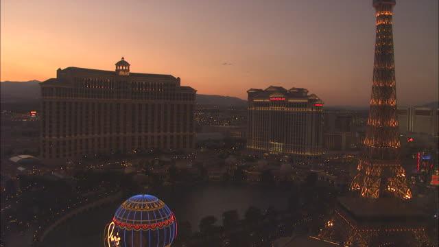 a beautiful rosy sky glows above the las vegas strip. - replica della torre eiffel di las vegas video stock e b–roll