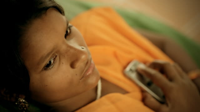 beautiful, rural indian girl with mobile phone - 高清電視 影像的技術 個影片檔及 b 捲影像