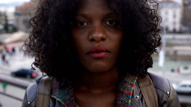 路上で立っている美しい悲しい女性-否定的な感情の概念 - brown hair点の映像素材/bロール