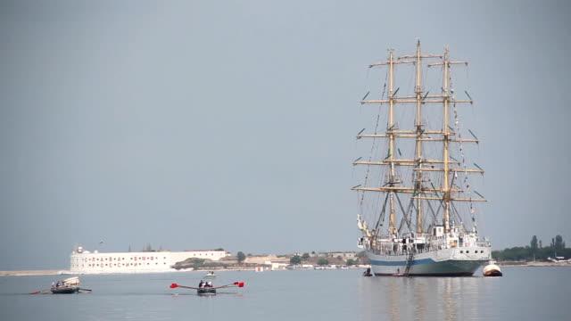 wunderschöne segeln schiff im hafen vor anker - tierfarbe stock-videos und b-roll-filmmaterial