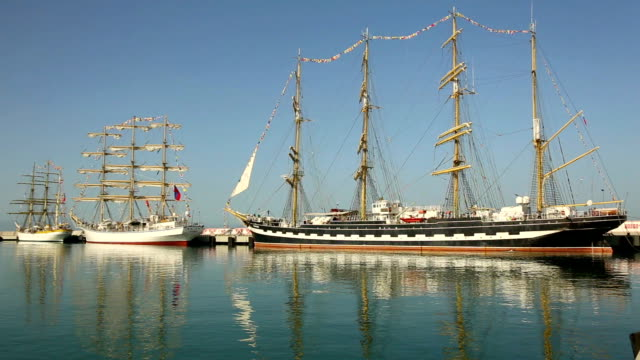 bellissimo navi a vela al molo - veliero video stock e b–roll