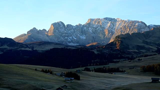 beautiful scenery from alpe di siusi, mountains of dolomite. - alpe di siusi video stock e b–roll