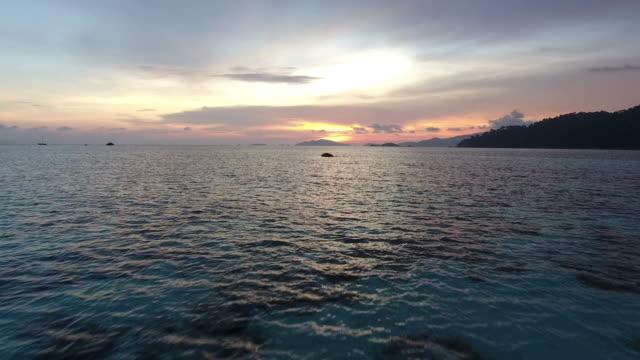 vídeos y material grabado en eventos de stock de hermoso mar, volando sobre la superficie del mar limpia en el atardecer o el amanecer. - mckyartstudio