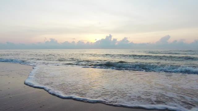vídeos y material grabado en eventos de stock de hermoso mar, volando sobre la superficie limpia del mar y olas al amanecer de mañana. - mckyartstudio