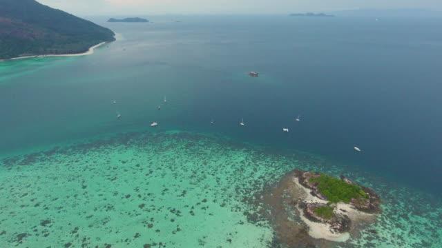 vídeos y material grabado en eventos de stock de hermoso mar, volando sobre la superficie del mar limpio. - mckyartstudio