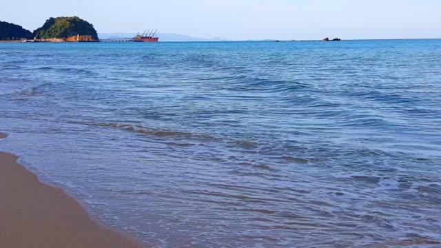vídeos de stock e filmes b-roll de beautiful sea wave and sky at sunset - mar de andamão