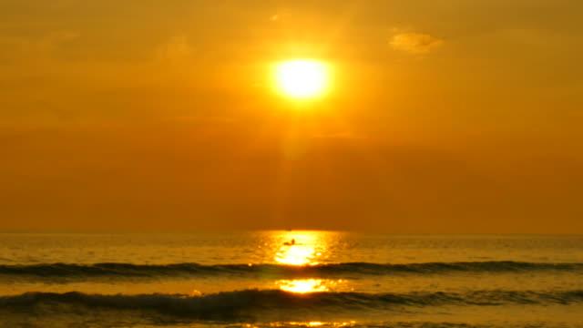 schönen blick aufs meer mit sonnenuntergang himmel hintergrund - cay insel stock-videos und b-roll-filmmaterial