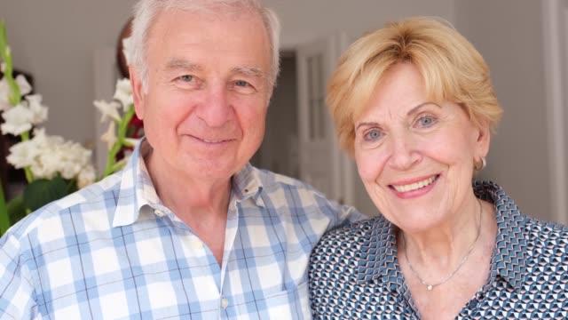 schönes senior-paar lächelnd zu hause - married stock-videos und b-roll-filmmaterial