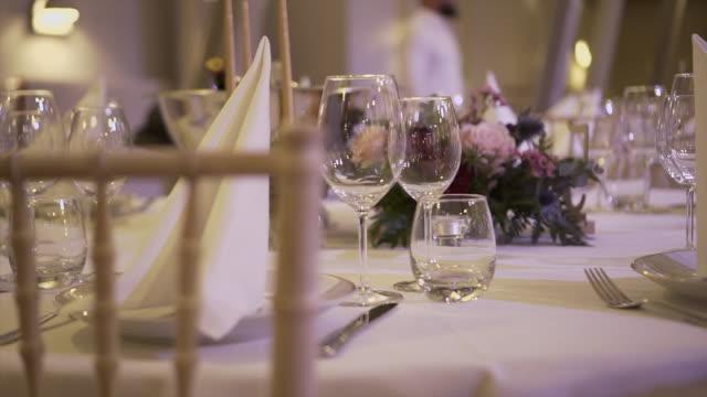 schöne servierende hochzeits-tafel auf der exquisite tafel-stock-video - paar gruppierung stock-videos und b-roll-filmmaterial