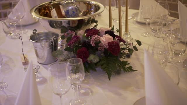 絶妙な宴会で美しいサービングの結婚式のテーブル-ストックビデオ - 室内装飾点の映像素材/bロール