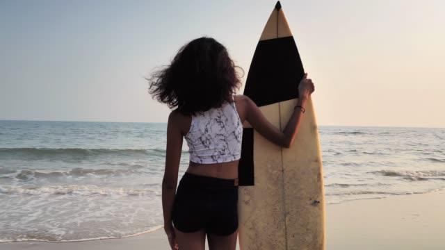 vídeos de stock e filmes b-roll de beautiful sexy surfer girl on the beach at sunset.sports cinemagraphs - beautiful girl