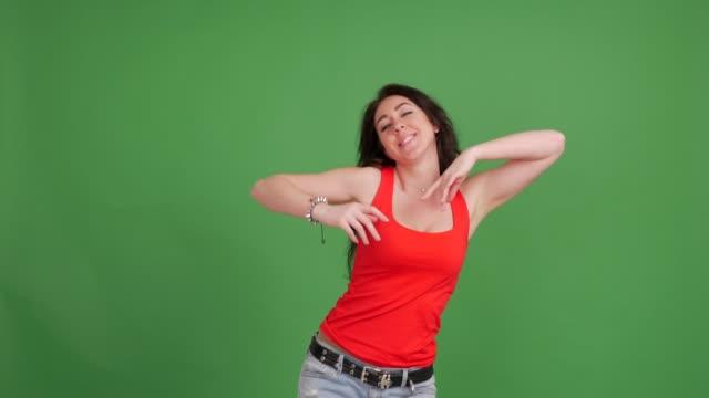 緑の背景に美しいセクシーな女性の踊り - カットアウト点の映像素材/bロール