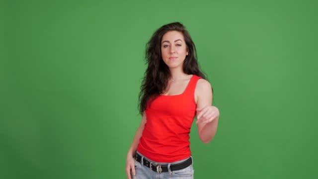 vidéos et rushes de danses de la belle femme sexy sur un fond vert - t shirt