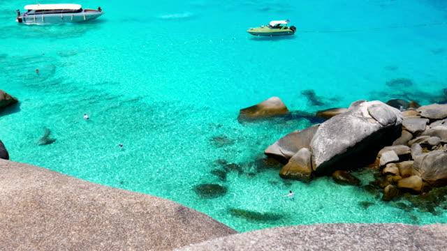 vackra skott av klart vatten och förtöjning båt på similan beach, similan island - andamansjön bildbanksvideor och videomaterial från bakom kulisserna