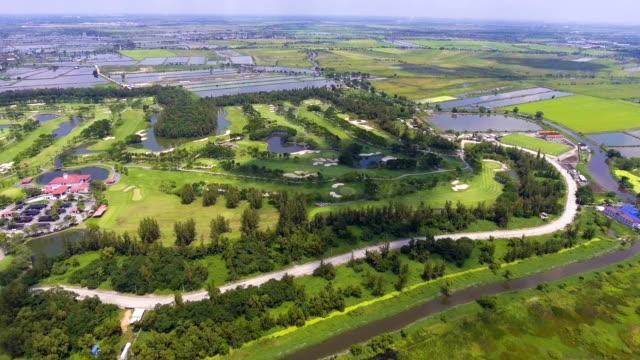vídeos y material grabado en eventos de stock de hermoso tiro verde club de golf en la mañana, tiro aéreo. - bandera de golf