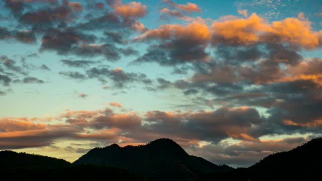 美しいシルワエット山とドラマチックな空で雲を動かす - ロマンチックな空点の映像素材/bロール