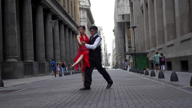 vídeos de stock e filmes b-roll de beautiful skilled tango dancing couple dancing on the street - tango dança