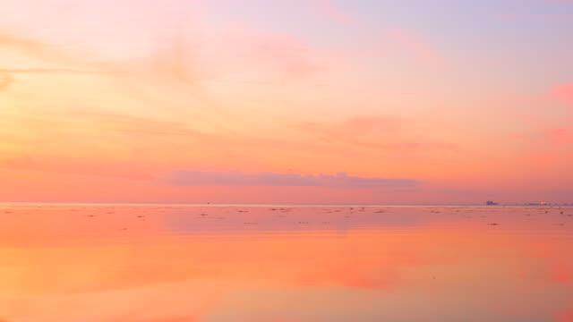 美しい空と海の反射 - オーレスン海峡点の映像素材/bロール