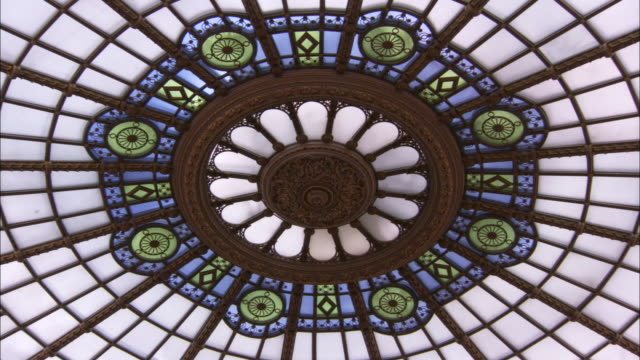 vídeos y material grabado en eventos de stock de a beautiful stained glass skylight is situated in the ceiling of the senate chamber in the romanian palace of parliament. available in hd - vidriera de colores