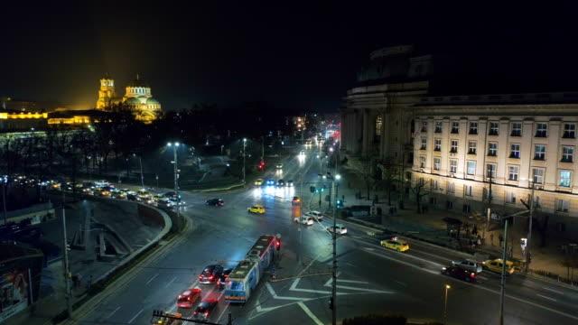 schöne statische luftbild drohne schuss von einer kreuzung in sofia zentraler stadtteil in der nacht - bulgarien stock-videos und b-roll-filmmaterial