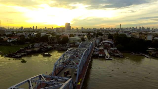 vídeos de stock e filmes b-roll de beautiful steel bridge across river in city at morning - engenheiro civil