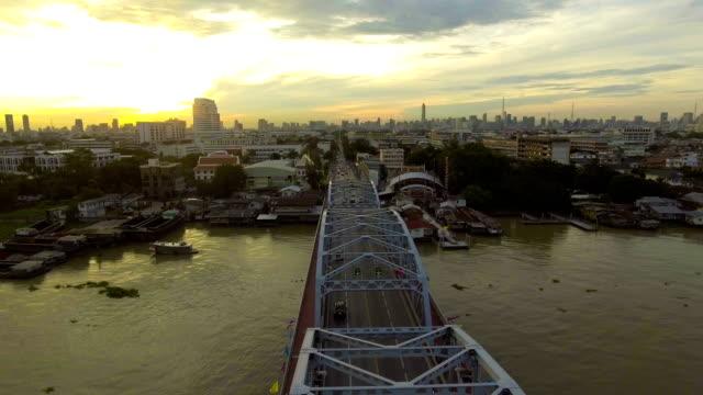 Schöne Stahlbrücke über den Fluss in City am Morgen