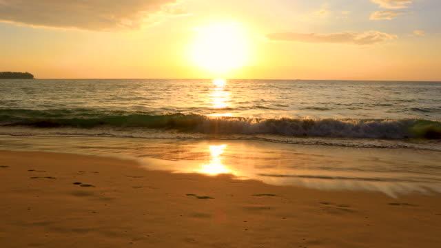 vídeos y material grabado en eventos de stock de hermosa playa de verano durante la puesta de sol en phuket tailandia, 4k. - el cielo