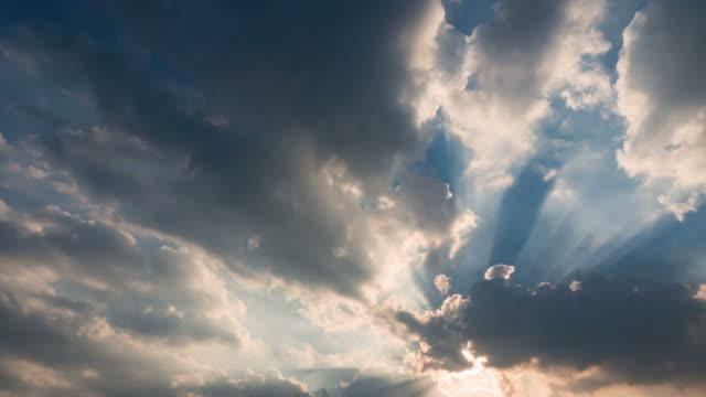 美しいサンの上の雲 - sunbeam点の映像素材/bロール
