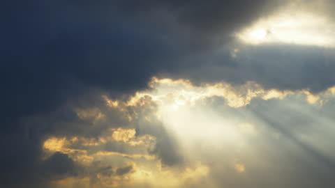 beautiful sun ray time lapse - sunbeam点の映像素材/bロール