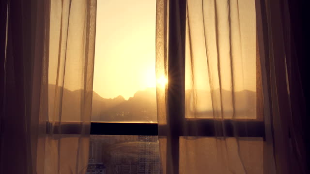 vídeos de stock e filmes b-roll de beautiful sunlight through curtain - castanho