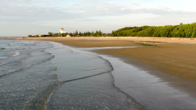 美しい日の出と朝の海 - 泡立つ波点の映像素材/bロール