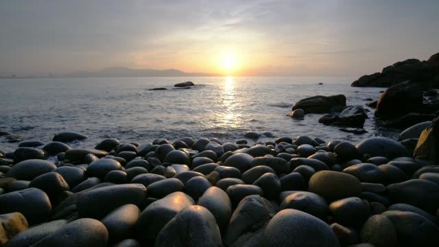 vacker soluppgång på rock som ägg beach i quy nhon bay, vietnam - kiselsten bildbanksvideor och videomaterial från bakom kulisserna