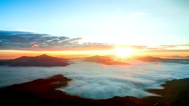 美しい日の出を素晴らしい山霧 - 晴れている点の映像素材/bロール