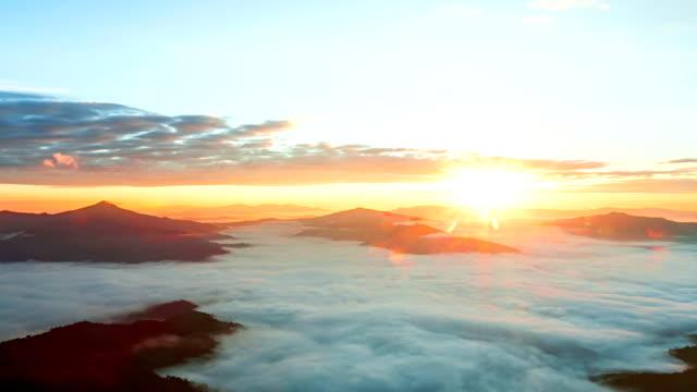 vídeos de stock e filmes b-roll de belo nascer do sol sobre a montanha de nice névoa - pinaceae