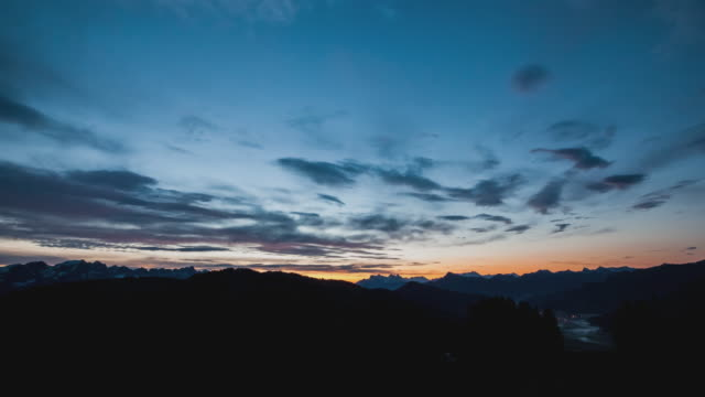 vidéos et rushes de t/l beautiful sunrise over brixen im thale in austria - aube