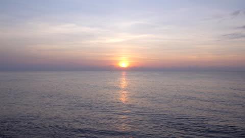 schöner sonnenaufgang über dem meer - sunset stock-videos und b-roll-filmmaterial