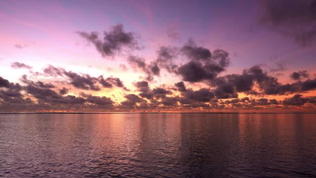 vídeos y material grabado en eventos de stock de hermosa puesta de sol sobre el mar - tropical