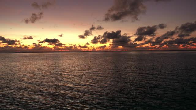 vídeos de stock, filmes e b-roll de belo nascer do sol sobre o mar - crepúsculo