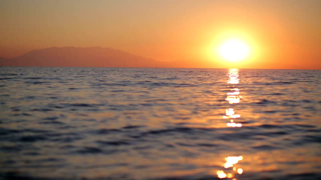 stockvideo's en b-roll-footage met mooie zonsopgang boven de zee - horizon over water